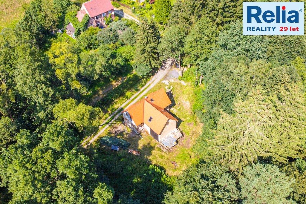 Venkovský dům s potokem na okraji lesa